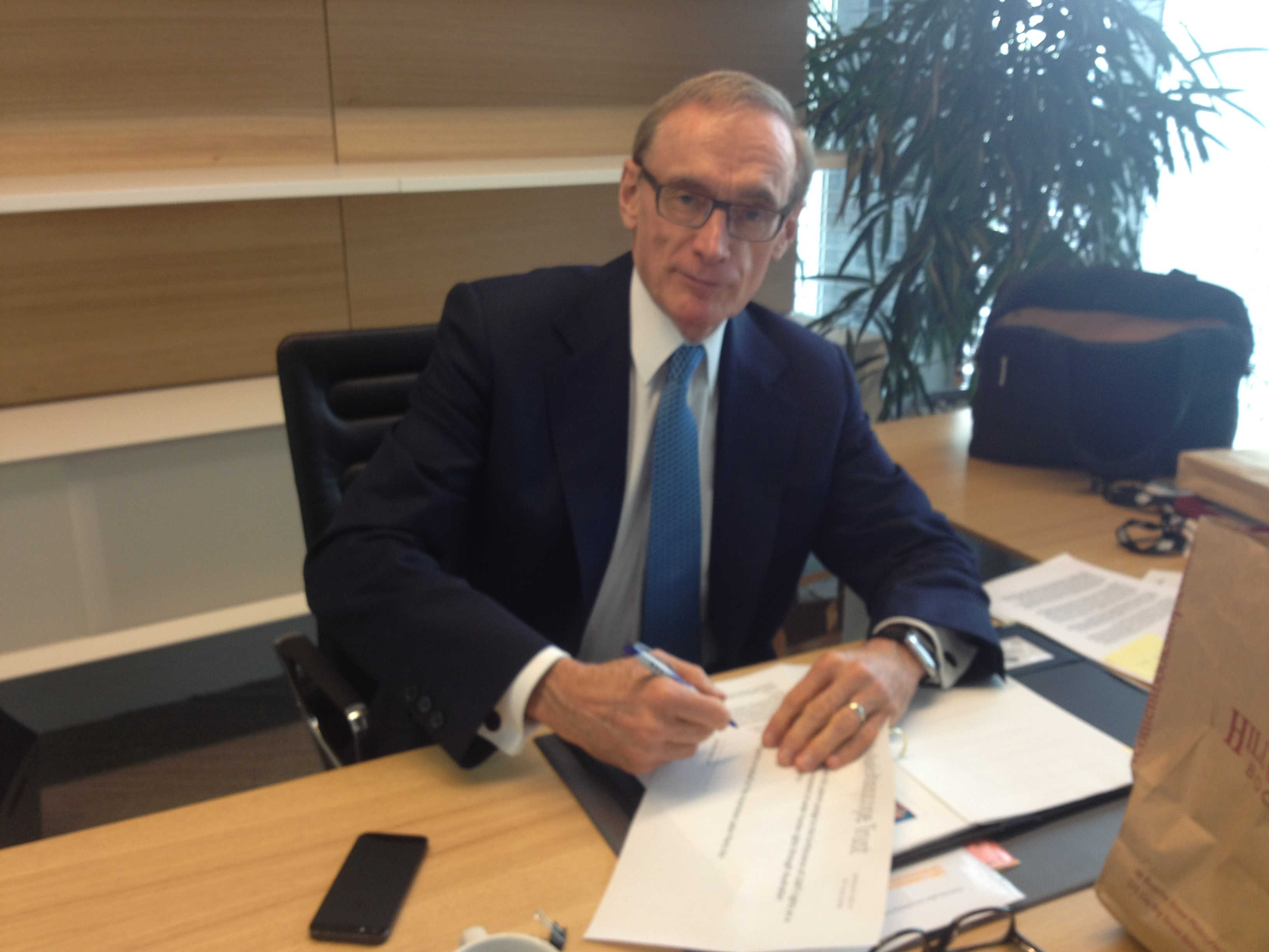 Bob Carr signing the pledge